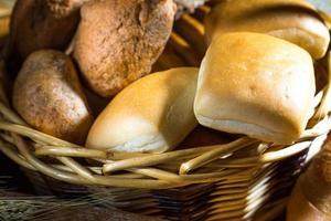 sortiment av bakat bröd foto
