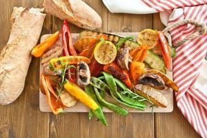 färgglada grillade sommargrönsaker foto