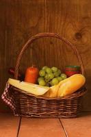 picknickkorg - vin, frukt, ost och korv foto