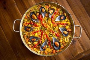 paella med musslor foto