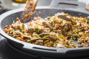 matlagning av en typisk spansk paella foto
