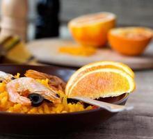 traditionell skaldjurspansk paella i keramisk maträtt foto