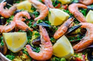 närbild klassisk skaldjur paella med musslor, räkor och grönsaker