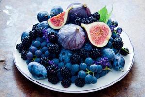 färska fikon, druvor, katrinplommon och daggbär