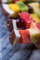 blandade exotiska frukter på spett