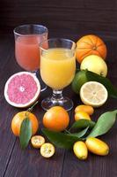 färsk juice blandning frukt, hälsosamma drycker på träbord foto