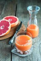 grapefruktjuice på träbordet foto