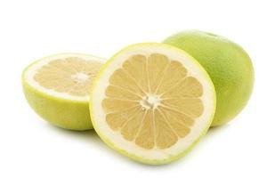 grön söt grapefrukt och en snitt foto