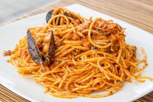tallrik med spagetti med skaldjur