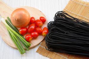 rå svart spagetti med bläckfiskbläck foto
