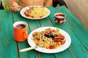 spaghetti al pomodoro i vita plattor med gaffel