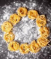 rå pasta-tagliatelle på bordet foto