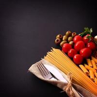 säsongsbetonat svart bord med pasta och bestick foto