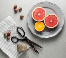 citrusfrukter och hasselnötter som mellanmål foto