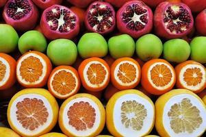 uppsättning av frukter på marknaden foto