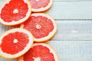mogen grapefrukt på vita brädor foto