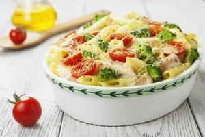 gryttspasta med kyckling och broccoli foto