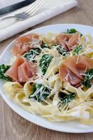 pasta med spenat och skinka foto