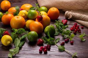 citrusfrukter, färsk mynta och bär. foto