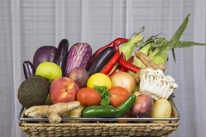 färsk frukt och grönsaker i en korg foto