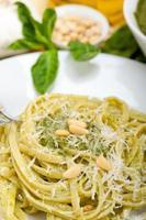 italienska traditionella basilika pesto ingredienser foto