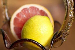 grapefrukt och citron som ligger i en vas foto
