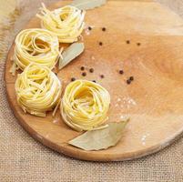 pasta på skärbräda foto