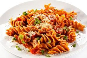 pasta med kött, tomatsås och parmesan foto
