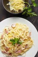 pasta carbonara på den vita plattan foto