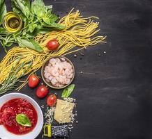 koncept matlagning pasta trä rustik bakgrund ovanifrån gränsen foto