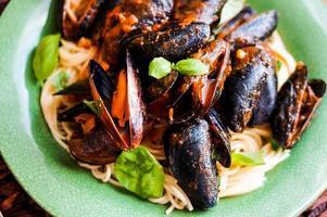 pasta med musslor och basilika foto