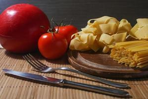 italiensk pasta med tomater och huvudost foto