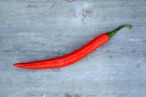 paprika på en grå använder träbord foto