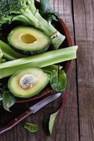 gröna grönsaker blandar över rustik träbakgrund foto