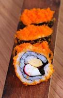 japansk sushi traditionell japansk mat. rull gjord av rökt fis