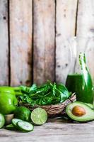 blandning av gröna frukter och grönsaker på rustik träbakgrund foto