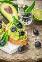 smörgåsar med avokado, blåbär och spenat foto