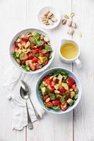 sallad med avokado och jordgubbar foto