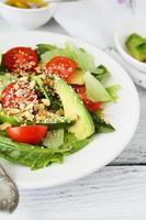 färsk sallad med skivor avokado foto