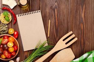 ingredienser för italiensk matlagning. pasta, grönsaker, kryddor foto