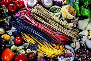 italienska ingredienser - pasta, grönsaker, kryddor, ost