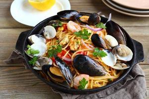 pasta med skaldjur i en stekpanna foto