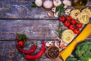 pastaingredienser på en träbakgrund foto