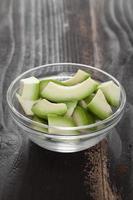 skiva avokado i en skål foto