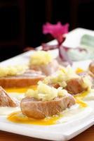 tallrik med seared gul fin tonfisk med vitlökssås foto