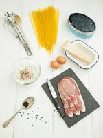 ingredienser för spaghetti carbonara foto
