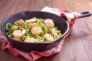 zucchinispaghetti med räkor foto