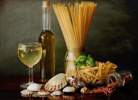 pasta alla marinara med musslor och vitt vin foto