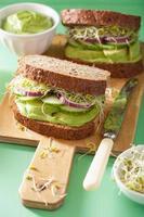 hälsosam avokado smörgås med gurka alfalfa groddar lök foto