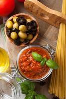traditionell hemlagad tomatsås foto